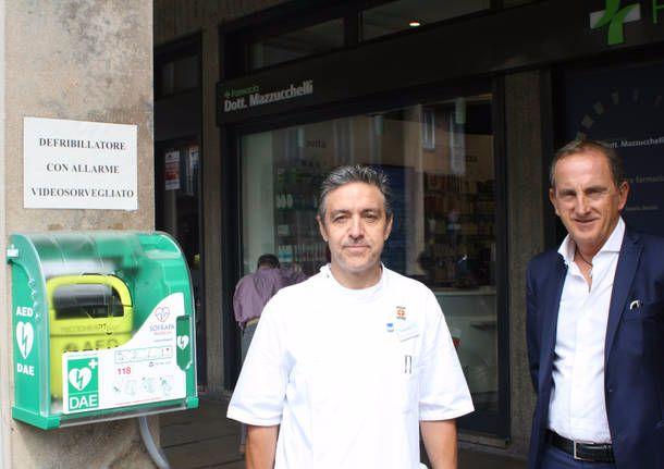 Il-farmacista-generoso-dona-un-defibrillatore-alla-città