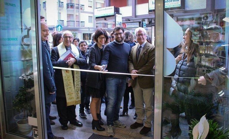 Inaugura-ad-Andria-la-Farmacia-Scarabino
