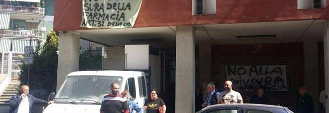Napoli,-cittadini-bloccano-i-furgoni-con-le-medicine:-«No-alla-chusura-della-farmacia-nel-distretto-Asl-26»
