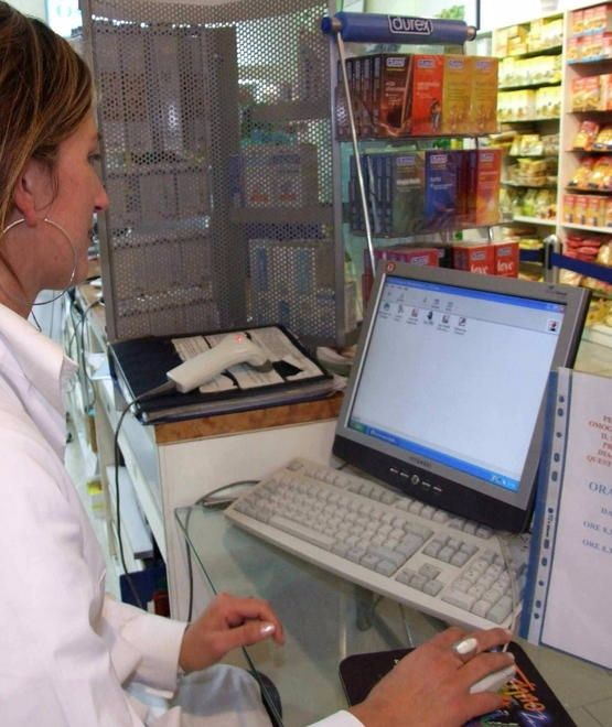 Tessere-e-prenotazioni-si-fanno-in-farmacia